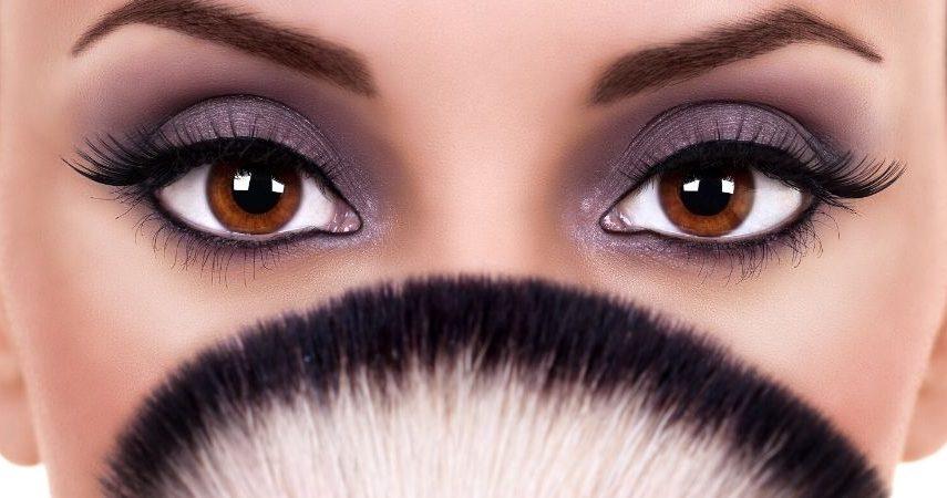 Someone wearing eyelash extensions.